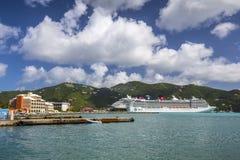 Statki wycieczkowi dokowali w porcie Drogowy miasteczko w Tortola Obrazy Royalty Free