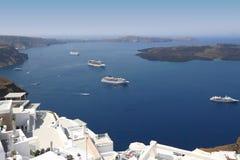 Statki wycieczkowi na morzu śródziemnomorskim w Santorini Fotografia Royalty Free