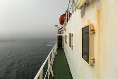 Statku żeglowanie na mgłowym morzu Obrazy Stock