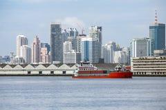 Statku ładunku zbiorniki przechodzi przez wiele miasteczk Obrazy Royalty Free