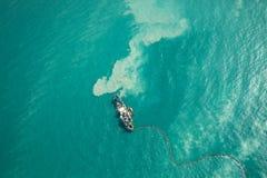 Statku dragowanie w turqouoise wodzie obrazy stock