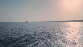 Statku kilwater na oceanu zmierzchu strzale Wodny piankowy ślad za wielkim statkiem iść do horyzontu zbiory wideo