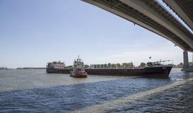 Statku ` s drutowanie pod mostem na Don rzece Obrazy Royalty Free