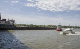 Statku ` s drutowanie pod mostem na Don rzece Zdjęcie Royalty Free