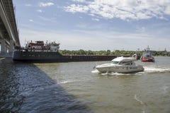 Statku ` s drutowanie pod mostem na Don rzece Obraz Royalty Free