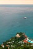 Statku wycieczkowego żeglowanie na morzu śródziemnomorskim blisko Monaco i Francuskiego Riviera, Fotografia Royalty Free