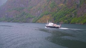 Statku wycieczkowego żeglowanie wzdłuż fiorda zbiory