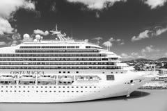 Statku wycieczkowego Costa Magica dokował w porcie morskim, Antigua Zdjęcia Stock