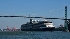 Statku wycieczkowego croses pod lew bramy mostem gdy ono robi swój sposobowi z portu Vancouver zbiory