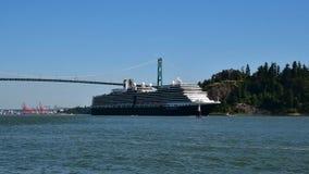 Statku wycieczkowego croses pod lew bramy mostem gdy ono robi swój sposobowi z portu Vancouver zbiory wideo