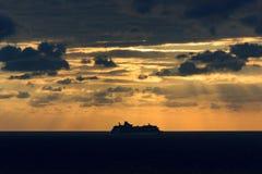 Statku wycieczkowego żeglowanie w oceanu zmierzchu Fotografia Royalty Free