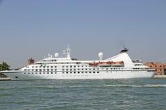 Statku wycieczkowego odjeżdżanie od Marina przewodzi egzotyczny destinatio Obraz Royalty Free