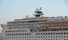 Statku wycieczkowego odjeżdżanie od Marina przewodzi egzotyczny destinatio Zdjęcie Stock