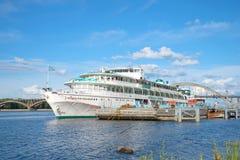 Statku wycieczkowego Października rewolucja przy miasta marina słoneczny dzień w Lipu Obraz Royalty Free