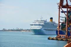 Statku wycieczkowego wchodzić do port Salvador obraz stock