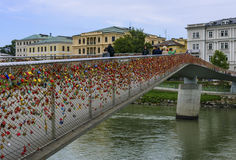 Statlig bro med mycket små kulöra lås i Salzburg Arkivfoto