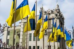 Statlig flagga av Ukraina mot bakgrunden av presidentpalatset i Kiev Arkivbilder