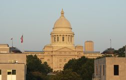 Statlig Kapitoliumbyggnad sjunker att flyga Little Rock Arkansas USA royaltyfria foton