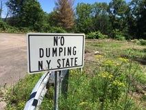 Stato di New York nessun segno di dumping immagini stock