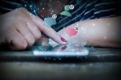 stats social del smartphone del tacto de la mano de la mujer Imágenes de archivo libres de regalías