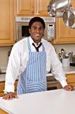 Stattlicher African-Americangeschäftsmann in der Küche Stockfotografie