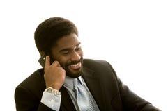 Stattlicher African-Americanmann auf Handy Stockbilder