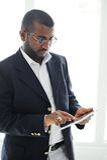 Stattlicher afrikanischer Mann mit Tablettecomputer Stockfoto