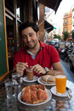 Stattlicher andalusischer junger Mann, der frühstückt lizenzfreie stockfotografie