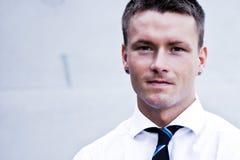 Stattlicher blonder Mann in der Unternehmenskleidung Stockfotografie