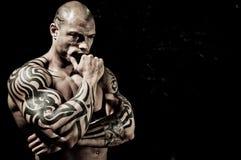 Stattlicher Bodybuilder mit Bodyart Lizenzfreies Stockfoto
