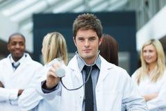 Stattlicher Doktor mit Stethoskop Stockbild