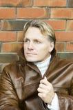 Stattlicher fälliger blonder Mann in seinen Vierzigern Stockfotos
