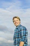 Stattlicher fälliger blonder Mann in seinen Vierzigern Stockfotografie