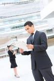 Stattlicher Geschäftsmann am Bürohaus Stockfoto