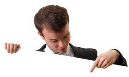 Stattlicher Geschäftsmann, der auf einen Vorstand zeigt Stockfotografie