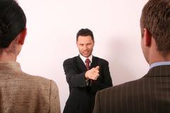 Stattlicher Geschäftsmann, der auf Mann 1 zeigt Lizenzfreies Stockfoto