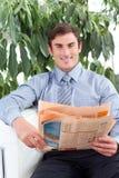 Stattlicher Geschäftsmann, der eine Zeitung liest lizenzfreie stockfotos