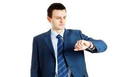 Stattlicher Geschäftsmann, der seine Armbanduhr überprüft Stockbild