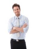 Stattlicher Geschäftsmann, der sicher lächelt lizenzfreie stockfotografie