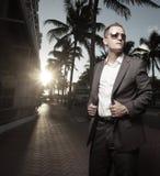 Stattlicher Geschäftsmann draußen Stockfotografie