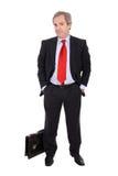 Stattlicher Geschäftsmann mit einem Aktenkoffer lizenzfreies stockfoto