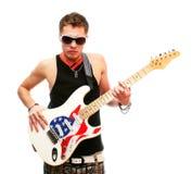 Stattlicher Gitarrist in den Sonnenbrillen getrennt auf Weiß Stockfotografie