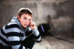 Stattlicher Jugendlicher, der den Selbst zugesichert Kamera betrachtet Stockfotografie