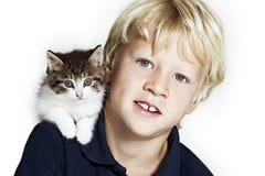 Stattlicher Junge mit Kätzchen auf Schulter stockbild