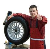 Stattlicher junger Automechaniker stockbild