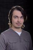 Stattlicher junger Geschäftsmann auf grauem Hintergrund Stockfotografie