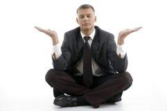 Stattlicher junger Geschäftsmann, der Yoga tut Stockfotos