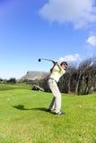 Stattlicher junger Golfspieler in der Tätigkeit Lizenzfreie Stockfotografie
