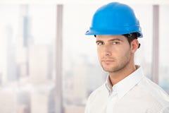 Stattlicher junger Ingenieur im Hardhat Lizenzfreies Stockfoto