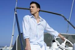 Stattlicher junger Mann auf Boot, Sommerferien Lizenzfreie Stockfotos